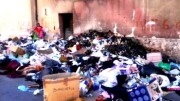 Rifiuti per strada all'Albergheria: Nelle zone periferiche e popolari rischi per ll'igiene sono grvissimi.