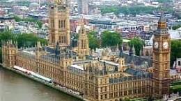 I palazzi di Westminster col Big Ben sono l'immagine più significativa dell'Inghilterra. La Gran Bretagna ha sempre avuto diffidenza per quello che chiama spregiativamente 'il Continente'... Nelle 2 guerre ha dimostrato quanto tenesse fede - come tuttora - alla 'politica atlantica' contro l'Europa e il Mediterraneo.a fianco degli Usa. Non è facile ngare come fu l'Euroa e non i soli nazifascisti ad essere psantemente sconfitti con danni notevoli, nonotante le miracolose capacità di recupero di Germania, Italia (e Giappine). Le principali produzioni industriali dimostrano oggi come i tre sconfrti 'America Ceperunt'. Ma c'è voluto oltre mezzoi secolo... Che coa avrbb fatto l'Europa se avesse dispostoin questi anni dell'Africa? L'adesione all'UE era una nota molto stonata rispetto alla storia e alle tradizioni britanniche. Un patto di natura massonica fu giurato da G. Washington al momento dell'imdipendenza otenuta con l'appoggio di Francia e Spagna. Il che garantì che quella che era stata 'la madrepadtria', non ...si riprendesse gli States, che avevano ottenuto una fragile vittoria nella rivoluzione (19 aprile 1775 - 3 settembre 1783) con appena un embrione d'organizzazione. Solo così i 13 stati poterono accingersi alla 'conquista del west' con piena tolleranza da parte inglese... Tale patto è stato rafforzato da legami di alta finanza. La Borsa di Londra continua a gioocare un grosso ruolo nonostante il prevalere di Wall Street. La supremazia di questi alti 'poteri' non può riferirsi che di riflesso alla volontà popolare. Ma in un regime monarchico è certamente il governo che ...governa. Nonostante in teoria, l'Inghilterra sia l'antsignana della democrazia. Le contraddizioni continuano: una volta 'padrina dei mari', la Gran Bretagna ha perso gran parte del suoprestigio. L'Inghilterra somiglia sempre più ad una 'foglia al vento'. E lo conferma con il susseguirsi di refrendum e proposte di refrendum su ogni questione.... Nonostante ciò, nel confronto con la fragile UE, 