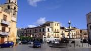 La bella piazza di Carini col Duomo (a dx fuori campo), una cappella del Serpotta, la fontana d'acuua potabile e una stratificazione di architetture che attraversa svariati secoli: meriterebbe ben altro 'incoming', soprattuitto un più ricco 'turismo di prossimità' in provenienza da Palermo e dintorni.
