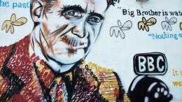 George Orwell nel suo '1984' anticipa i tempi ma può essere considerato l'antesignano' di chi teorizza la presenza del deep state e del 'grande complotto'. Orhell, un genio del pensiero, del giornalismo: un vero profeta laico!