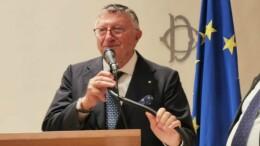 Giulio Tarro è uno di quei personaggi che da sempre fanno grande l'Italia, a dispetto di governi spesso deludenti in politica interna e inesistenti in campo internazionale.