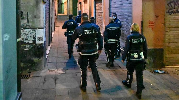 Polizia anti Covid, qui alla ricerca di feste giovanili 'clandestine'.