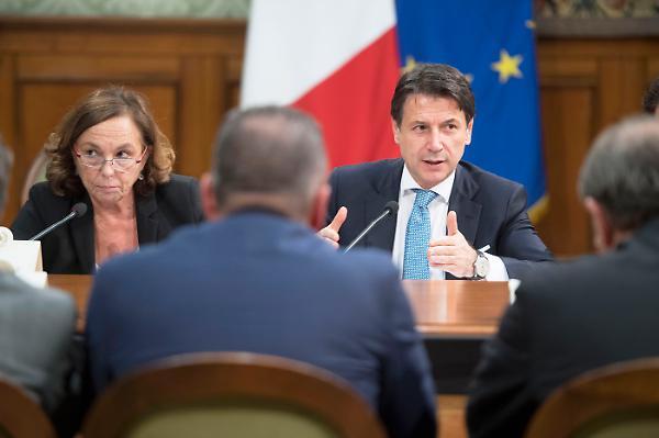 Conte e Lamorgese due simboli dell'Italia che va a rotoli: il pil è a crescita zero, gli immigrati crescono a vista d'occhio e un immigrato costa il triplo di un reddito di cittadinanza.