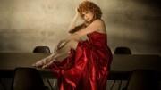 Fiorella Mannoia, come in un quadro d'autore. Bravissima, originale, attraente e capace di messaggi positivi.