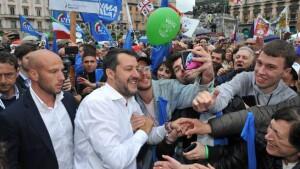 Matteo Salvini , senza guardia del corpo, in mìezzo ai suoi sostenitori e simpatizzanti.