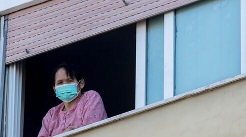 Mascherina alla finestra di casa propria: qui siamo al top del ridicolo...