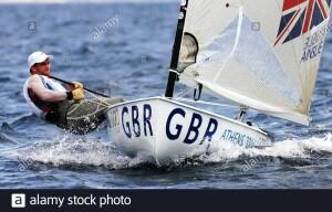 Ben Ainslie di bolina alle cinghie. Ecco una lassica manovra. L'asso inglese si sporge foruibordo, contrstando lo sbandamento dovuto alls forza del vento sulla vela (una sola sulLaser). Cazza la scotta, tiene la rabnda dentro l'imbarcazione con il boma il più possibile parallelo allo scafo. Compie unosforzo tecnico ma anche atletico. Illaser, nbonostnte leapparenz nonèuna barca 'facile'.