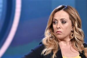 HA DA VENI' MELONI! La premier del tricolore prenderà voti da Salvini,Berlusconi e 5Stelle. Gli elettori di destra divisi prima in parti uguali e traditi dal 'glople' che cambiò le regole stabilite all'ultimo turno, non aspettano che la prossima tornata: prima o poisidovrà vortare. pochi saranno i dubbiosi. La romanina ch questa foto ritrae anche bella non avrà rivali e triplicherà l'attualeprevisione che è già senza precedenti per l'estrema destra post bellica.