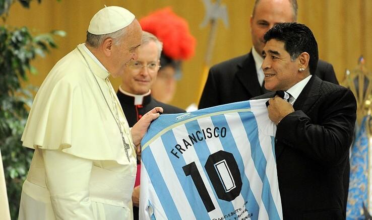 Gran tifoso di D.A.Maradona, argentino come lui, probabilmente il più grande calciatore d'ogni tempo.
