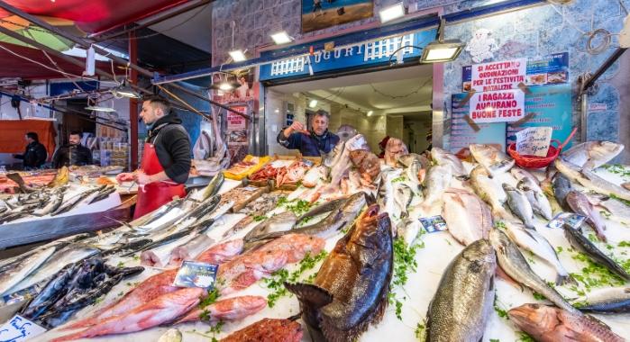 """Una straordinaria esposizione di pesce fresco: nei mercati dei poveri, Palermo è un paradiso 'per ricchi'.  Le triglie ...vanno a 20 euro. Le mangi chi può...  Chi sa cj hi può permettersi quella bella crnia... E uno scorfano, il pesce 'da brodo' più amato dai palermitani? ...Pochi eletti!  Eppure si dicevano tante cose un tempo: """"Se non puoi manngiare carne, mangi pesce"""". Oppure: """"più povero è il pesce, più ricca la zuppa!"""". ...Una volta! Era, però, il tempo ...degli dei falsi e buggiardi!"""