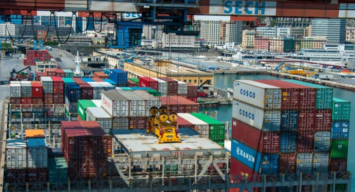Containers a Genova, scalo divenuto assolutamente secondario. In Mediterraneo i più importtanti sono Algeri, Algesiras, Valencia, Marsigia... Poco di fronte a Rotterdam: molte navi 'saltano' i porti mediterranei e giungono in Olanda e ad Amburgo. I trasporti intermodali, su pallets  tutti uguauali e containers parallelepipedi di 2 sole misure viaggiano di seguito in nare, in treno e in gommato in varie combinazioni : sono fondamentali: itrsportisono la colonnma portante dello  sviluppo. Il più importante è il tratto per mare. I più grandi porti del mondo sono Shangai e Singapore.