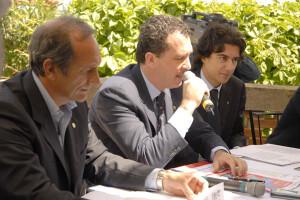 Costa con Vincenzo Pottino (al microfono) e Vincenzo Baglione, organizzatori del Windsurf world festival di Mondello conil club Albaria.