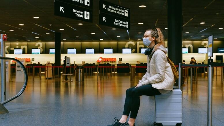Aeroporti deserti. E gli alberghi? Una sola coraggiosa: la ragazza con la valigia e ...la mascherina. Anche se non c'è nessuno presente che possa contagiarla. Quando capiranno che occorre un colpo di tosse o uno starnuto 'vicini'. Eppure lo sappiamo da sempre: pare sia stato dimenticato. O ..l'hanno fatto dimenticare. Comunque il contaggio più frequente è probabilmente attraverso le mani: messuno consiglia di spazzolare le unghia lavandole. Ma vogliono che stiamo ben o che ci ammaliamo e, magari, muotiamo. 'Con loro disetta' a mortirsonoper lo più gli ottantenni che già si preparavano a ...salutarci comunque. Ma vallo a spiegare... Lo  ogni tantolo ammettono 'fra i denti'.