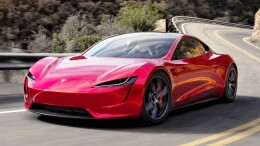 Uno dei modelli Tesla su strada. L'auto è costruuita dalla fabbrica americana dell'intraprendente imprenditore Elon Musk. E' divenuto in breve uno degli uomini più ricchi del mondo. Progetta viaggi e sfruttamento di risorse sul pianeta Marte.