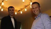"""Poco chiare anche le relazioni di Navalny ma secondo la sua versione questa foto sarebbe stata diffusa dai sostenitori di Vladimir Putin per screditarlo, associando la sua immagine a quella di Berezovsky, fuggito nel Regno Unito e ricercato dalle autorità russe perché accusato di aver condotto alcune frodi finanziarie. Nel 2003 al magnate fu garantito l'asilo politico nel Regno Unito, avviando un lungo contenzioso legale con la Russia, che vorrebbe ottenere la sua estradizione. Nella didascalia della foto si legge: """"Alexei Navalny non ha mai fatto mistero del fatto che l'oligarca Boris Berezovsky gli fornisce denaro per contrastare Putin""""."""