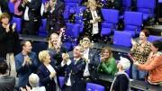 """Parlamentari gioiscono al tempo dell'approvazione della legge Cirinnà sulle unioni civili. Adesso il decreto Zan vorrebbe punire chi esprimesse in pubblico un'opinione contraria. Sarebbe un raro 'delitto di opinione', perché equiparato al razzismo. Ma tant'è... In Germania il Bundestag dice di sì. Ma dopo la legge Cirinnà qual è la situazione in Italia? Perché (e quando) i matrimoni gay in Italia sono stati bloccati? Tobias SCHWARZ / AFP   Matrimoni gay in Germania matrimoni-gay Germania unioni-civili Dopo l'approvazione da parte del Bundestag tedesco delle nozze gay, l'Italia rimane uno dei pochi Paesi europei a non avere una legge che permetta alle coppie omosessuali di unirsi in matrimonio. Possono farlo civilmente, con la cosiddetta legge Cirinnà, ma tra le due formule esistono delle differenze sostanziali, come hanno denunciato avvocati e membri della comunità Lgbt.  Le differenze tra matrimonio e unioni civili PUBBLICITÀ Le unioni civili sono """"formazioni sociali specifiche"""" che vengono stipulate di fronte all'ufficiale di Stato e il cui atto viene registrato nell'archivio dello stato civile. Tuttavia per unirsi civilmente, i due partner non devono fare le pubblicazioni, come è previsto per i futuri sposi. E una volta uniti non sono tenuti a rispettare il principio di fedeltà. Ma soprattutto - ed è questo il nodo più contestato - non hanno diritto all'adozione nazionale e internazionale, né uno dei due può adottare il figlio del partner..."""