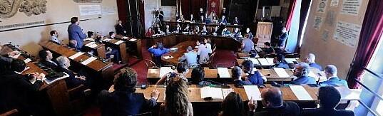 Uno zoom su Sala delle Lapidi nel corso di un consiglio.