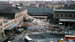 Una foto della strage alla stazione di Bologna, 40 anni fa, il 2 agosto 1980. Le complesse indagini hanno dimostrato che fosse compiuta dalle BR che, però non erano estranee alla collaborazione con le mafie. Il legame non potè essere che di stampo massonico... Il terrorismo scattato all'indomani del miracolo economico portò alla drastica caduta dell'economia nel 1990. Le aggressioni al libero mercato e alla crescita continuano da allora ininterrotte, senza il sostegno 'che certamente ci fu' - dei provocatori e dei denari inviati dall'Unione Sovietica.