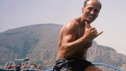 Chico Forti pieno di gioia come lo ricordiamo a Mondello sullo sfondo di Capo Gallo. La sua vitalità è tale che ha inviato foto sorridenti anche dal luogo in cui è ingiustamente rinchiuso da 20 anni.