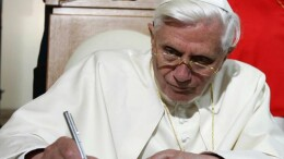 20070404 - POL - CITTA' DEL VATICANO - PAPA: SUO LIBRO SU GESU' IN LIBRERIA GIORNO SUO COMPLEANNO - Un'immagine d'archivio del 2006 di Benedetto XVI.  Sara' presentato il 13 aprile e uscira' nelle librerie il 16 il primo libro da Papa di Joseph Ratzinger, intitolato ''Gesu' di Nazaret' e pubblicato in Italia da Rizzoli. Il 16 aprile cade anche il compleanno di Joseph Ratzinger.  L'atteso testo sul Gesu' storico e il Cristo della fede e' il primo libro da Papa di Joseph Ratzinger, che ne ha anticipato nei mesi scorsi i contenuti, l'impostazione e gli obiettivi.  ETTORE FERRARI / ANSA / FRR -BGG