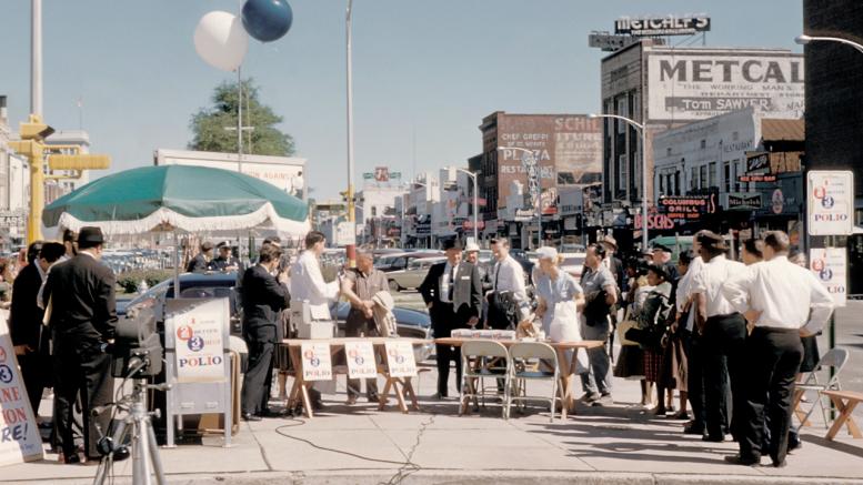 Vaccinazione di massa contro la terribile 'polio' a Columbus in Georgia. Poco dopo la scoperta de di J. E. Salk dopo il 1955. Il medico entrò gfra i benefattori dell'umanità. La malattia invalidante era provocata da due diversi virus.