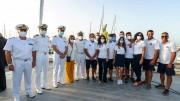 Foto ricordo: gli esponenti della Capitaneria di porto e il personale (chi lavora fra i pontili e il grande impianto innanzi tutto...)