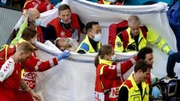 Christian Eriksen, 29 anni,  esce dal campo amorevolmente sostenuto dai compagni di squadra. Danese, era notissimo in Italia dove militava in serie A. Un giocatore che in campo può fare la diufferenza. Potev 'andarsene' in un attimo per 'sincope' se non fosse intervenuto istantaneamente il defibrillatore.