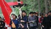 Crocefisso in processione in Cina. I cattolici sono milioni, la fede tanta.Ma chi nomina i vescovi? Roma o Pechino? Torna la medievale 'lotta perle investiture'.