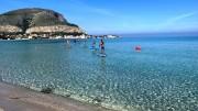 L'acqua di Mondello resta eccezionale. Qui è vista dal club Albaria fra Valdesi e il Moletto.