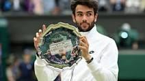 Matteo Berrettini mostra orgoglioso il piatto d'argento per il secondo posto a Wimbledon. E' giovane, l'imperativo - come ha detto lui stesso - è ...continuare.