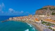 La spiaggia di Cefalù che ha  sullo sfondo uno degli scorci storici più fotografati del mkndo: non puiò dirsi che il bagno col mare agitato sia privo di rischi.