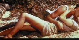 Un giovane Vadim insegna a Brigitte e al suo partner L. Trintignant, di certo presente, come recitare la scena del bacio sulla spiaggia, entrato nei top 100 della storia del cinema. La spiaggia è teatro ideale: il primo, votato come il più sexy è fra D. Kerr e B. Lamcaster da noi pubblicato di recente. ... Vadim baciò Brigitte anche nella vita.