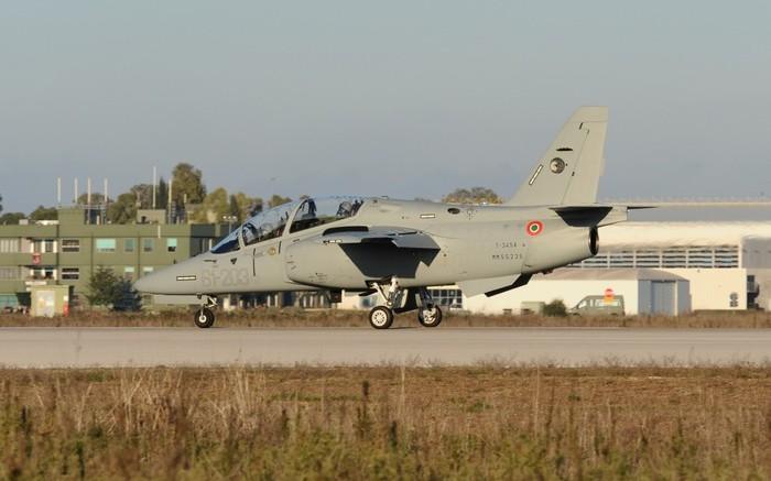 Un prototipo dei nuovi aerei addestratori M-345. Aggressivo nel profilo, capace di alte velocità, come ultrasonico, non mitraglierà e non bombarderà mai nessuno. Servirà solo ad addestrre i piloti da guerra.