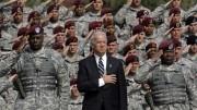 Il pacifista Biden ritratto davanti alle sue truppe: ha rimesso in crisi lo scacchiere attorno alla Siria ed ora perde malamente in Afghanistan. Non sa fare né la guerra né la pace. Ecco 'il pacifista' in atteggiamento decisamente militaresco. Ma è un personaggio senza consistenza.
